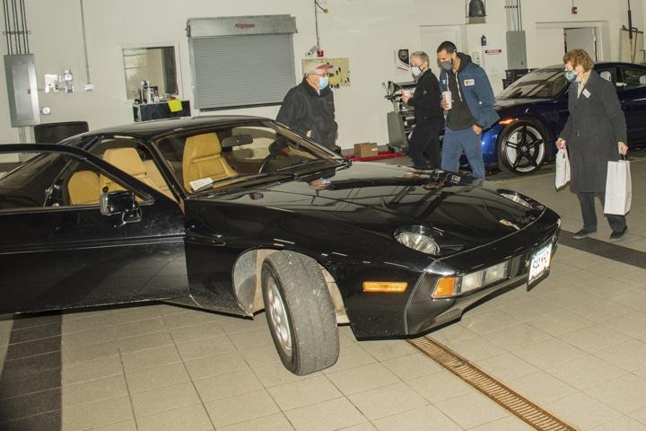 Wallingford-Porsche - black-911-at-wallingford-food-drive