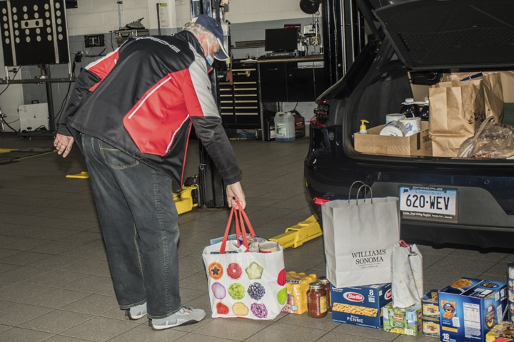 Wallingford-Porsche - cvr-member-brings-food-to-wallingford