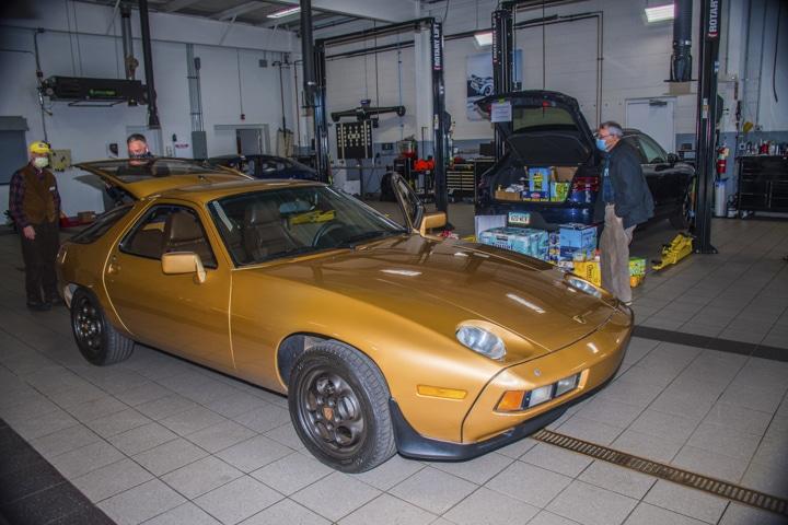 Wallingford-Porsche - gold-928-at-wallingford-food-drive